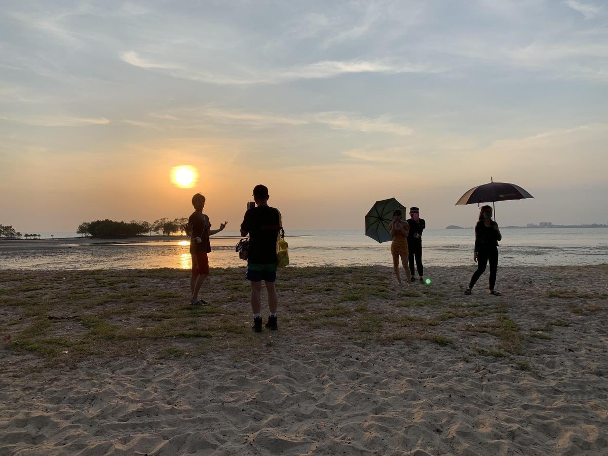為了不能曬太陽的三上悠亞(右三),工作團隊利用夕陽時刻捕捉畫面。(日本pierrot提供) 6