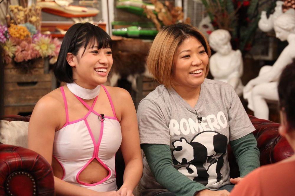 木村花(左)的母親響子也是摔角選手,母女倆還曾一起上節目受訪。(翻攝網路)