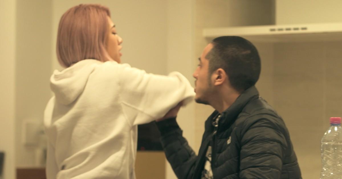 木村花(左)在《雙層公寓》不滿小林快把自己的摔角衣烘乾縮水,一氣之下拍掉他的帽子。(翻攝Netflix)