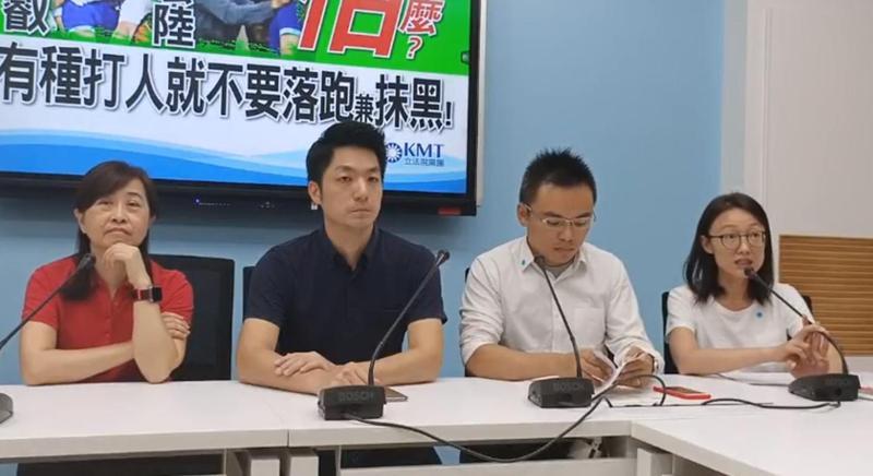 蔣萬安(左2)率領國民黨團召開記者會,上一秒蔣萬安還在批綠委不實指控,吳怡玎(右1)下一秒就承認是她做的。(翻攝自國民黨團臉書)