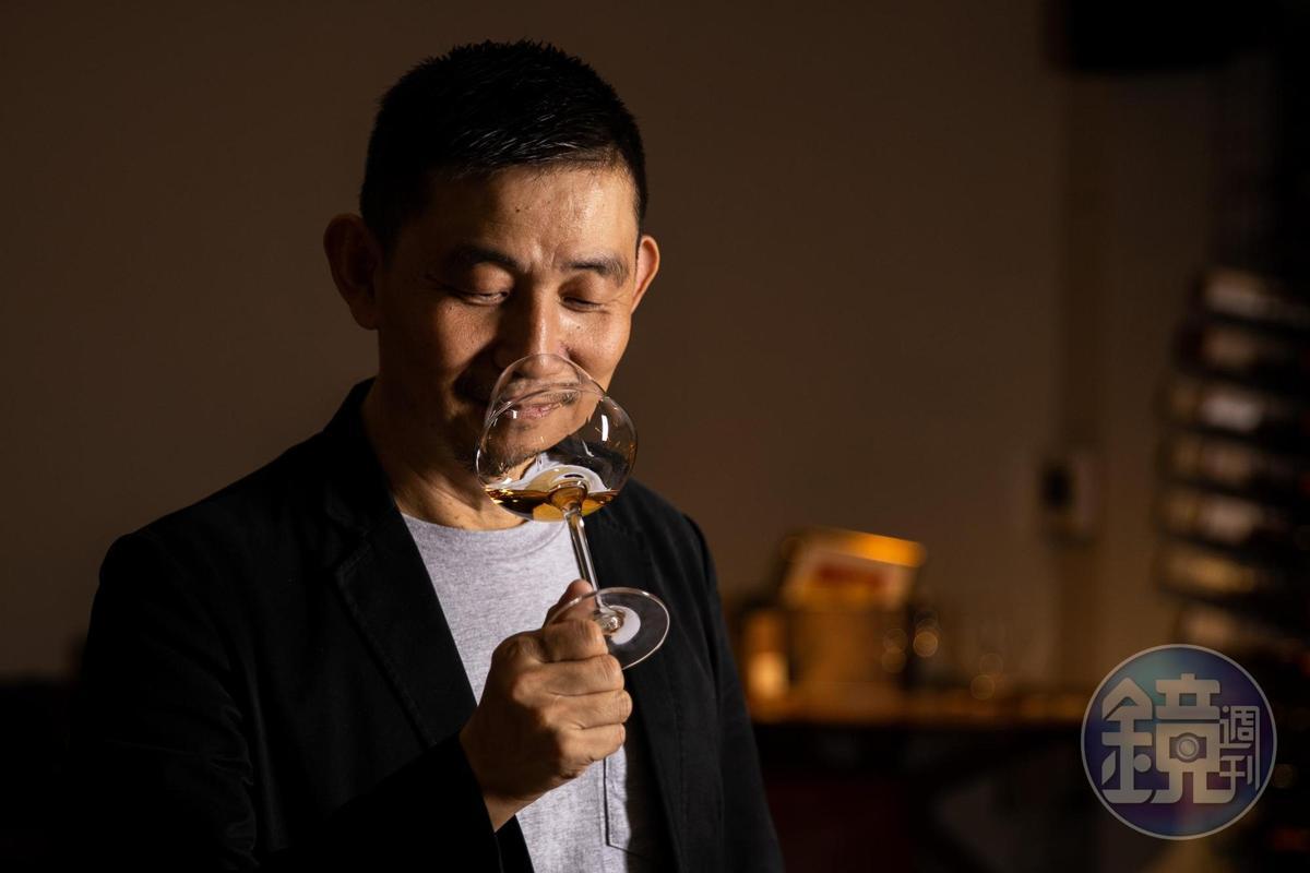 葡萄酒作家林裕森致力於推廣自然派葡萄酒。(葉琳喬攝)