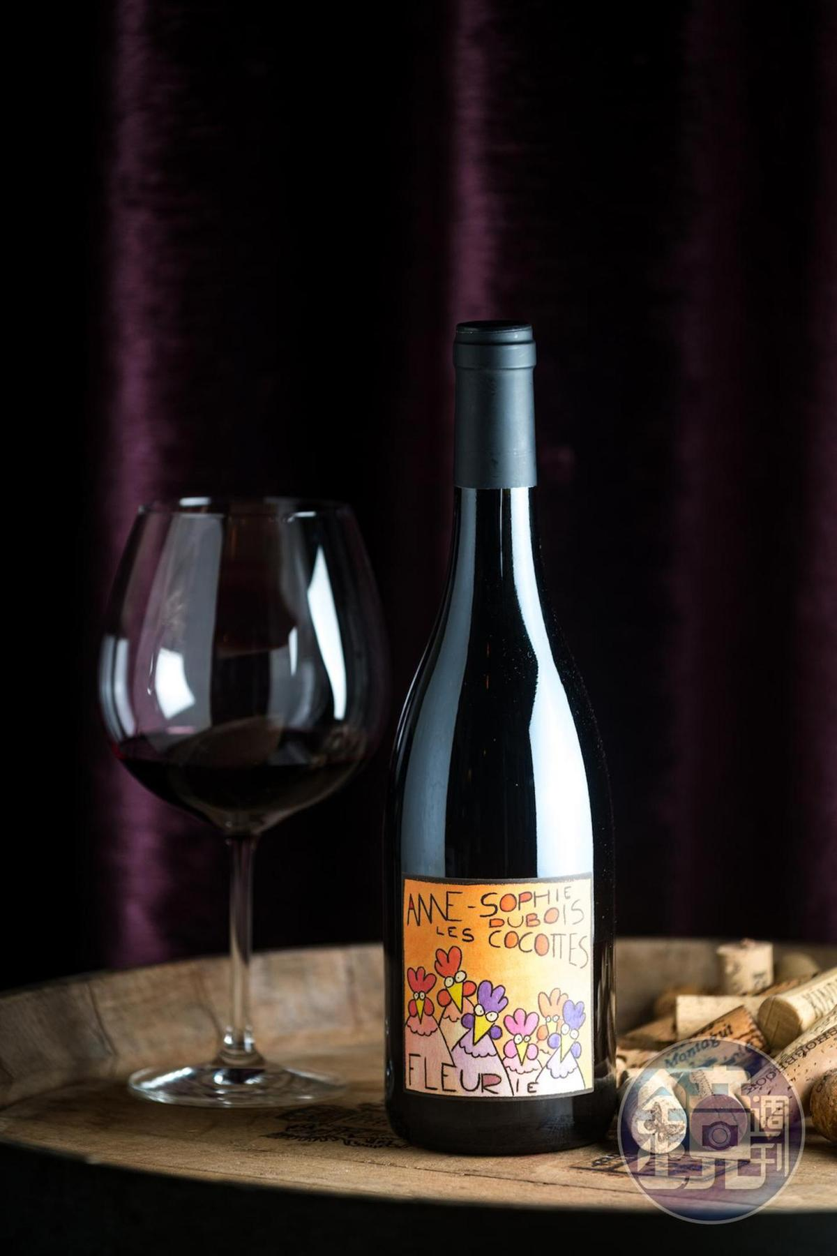 「Anne Sophie Dubois Fleurie Les Cocottes 2018 」可愛酒標由莊主親自手繪,使用原生酵母長時間發酵。(1,100元/瓶,代理商:維納瑞)
