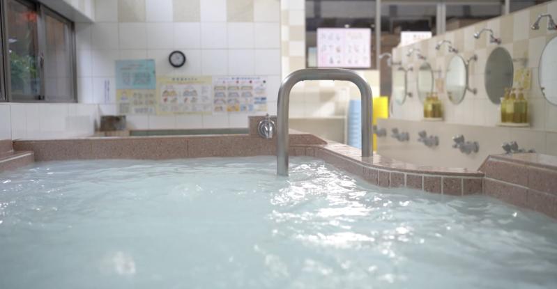 東京一間名為「小杉湯」的澡堂在推特上發起「線上錢湯」的活動。(翻攝小杉湯Youtube)