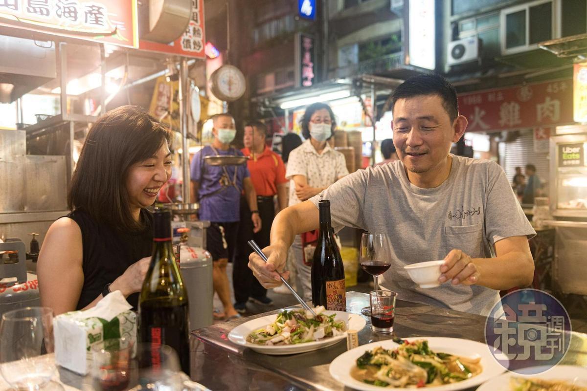 葡萄酒作家林裕森(中)舉辦「拎薄酒來迺夜市」的活動推廣酒食搭配,獲得極大迴響。