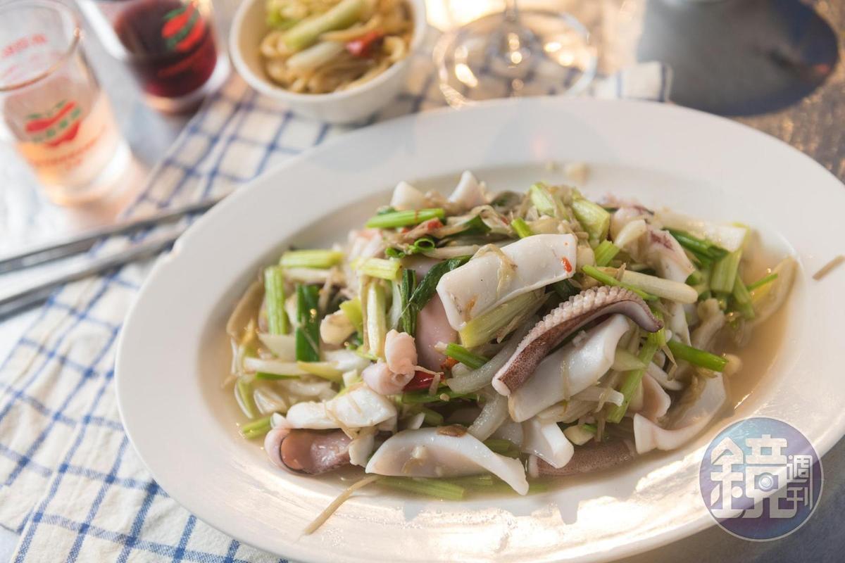 「龜山島阿興現撈海產」漁獲由宜蘭頭城漁港每日直送,炒軟絲肉質清甜。(時價)