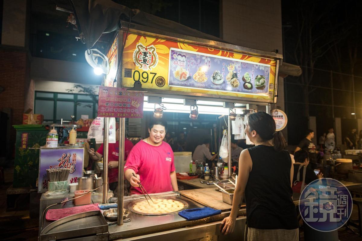 「林振櫂燒麻糬」在寧夏夜市經營了20多年。