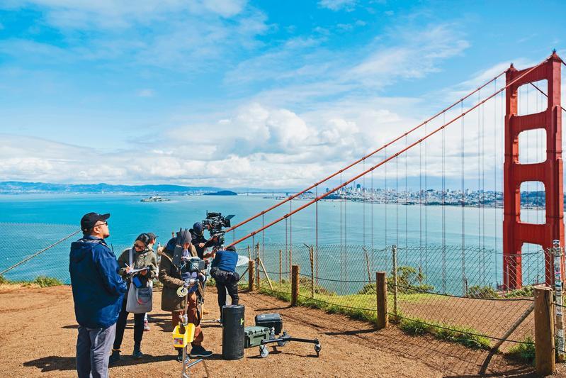 導協理事葉天倫(左一)拍攝《雙城故事》遠赴舊金山取景,他也將於導協的影視課程中分享工作經驗。(青睞影視提供)