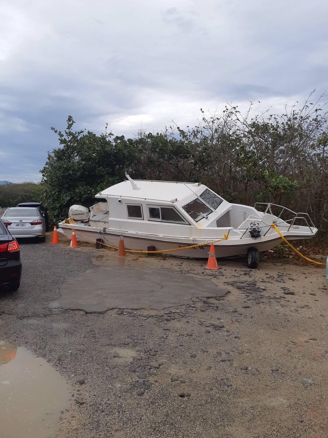 觀光船被海巡署拖回港內。(海巡署提供)