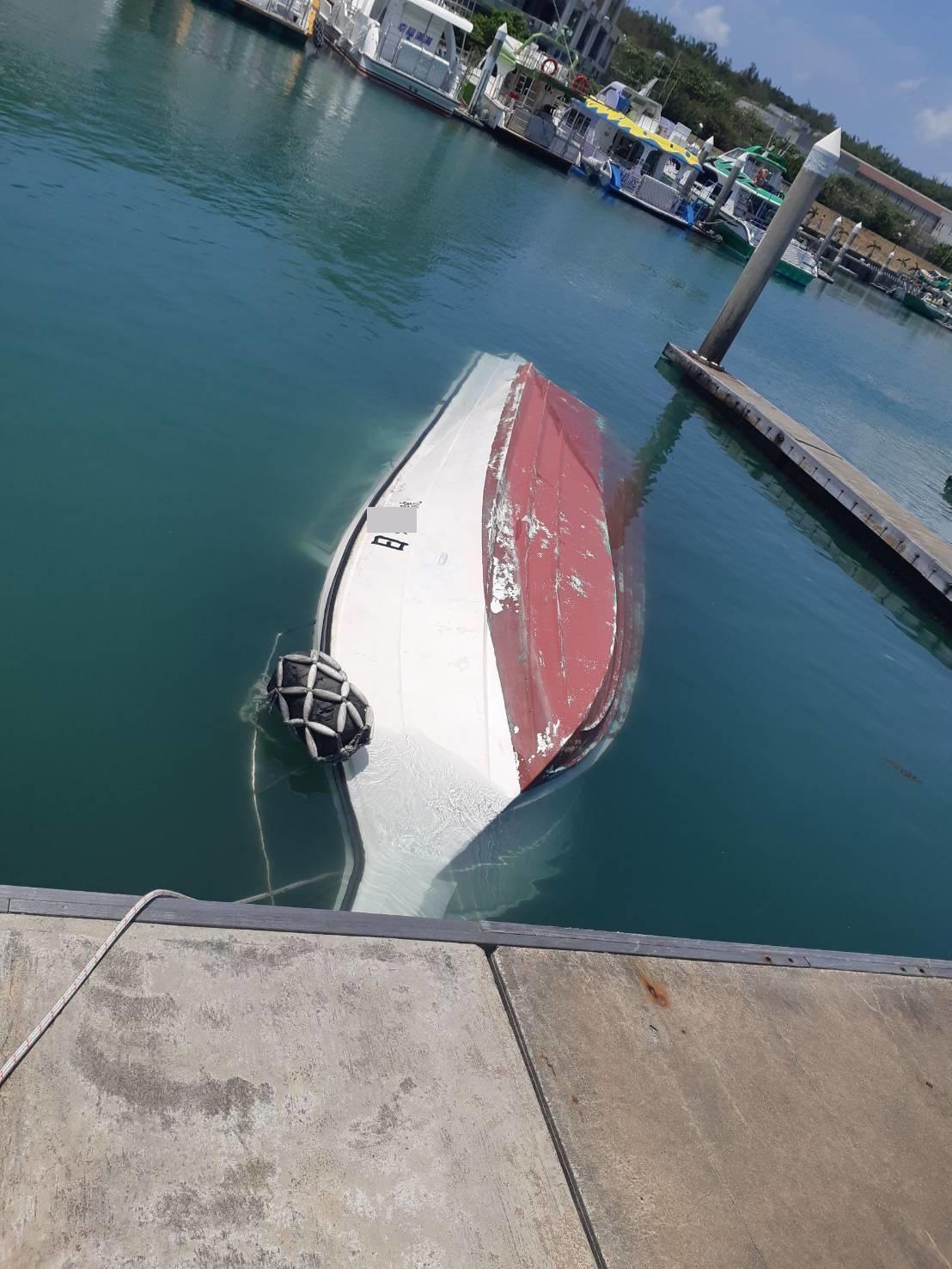 娛樂船在東部外海翻覆,上面竟藏有2、3級毒品。(海巡署提供)