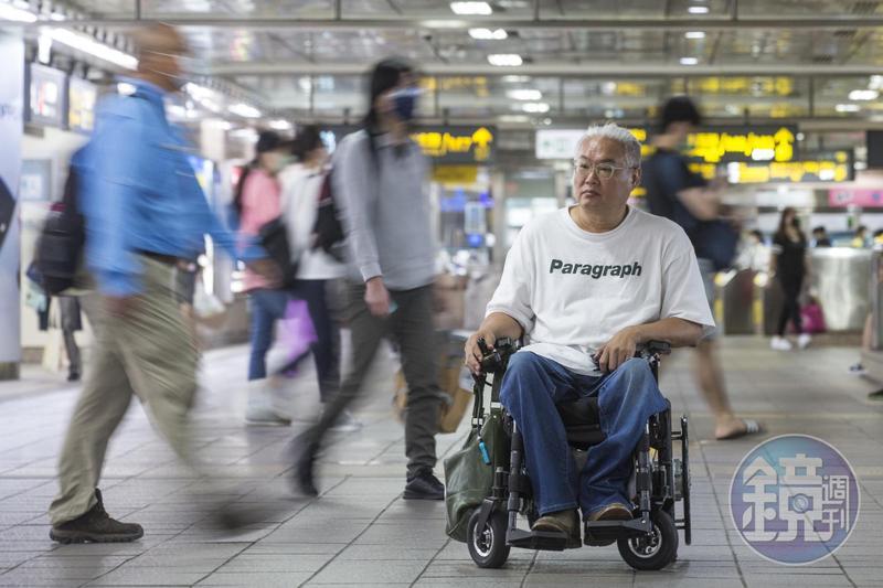 廣告導演范可欽因小兒麻痺致行動不便,他長年關注身障者的安全和投保權利。