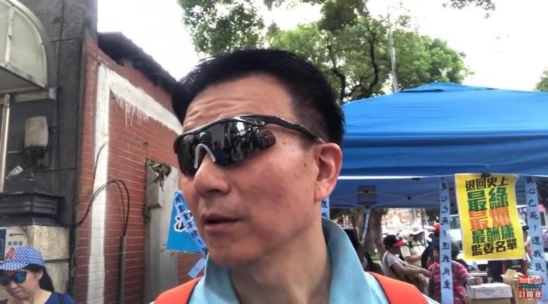 于北辰為了聲援國民黨立委,在立院外死守3天。(翻攝北極星說故事YouTube)