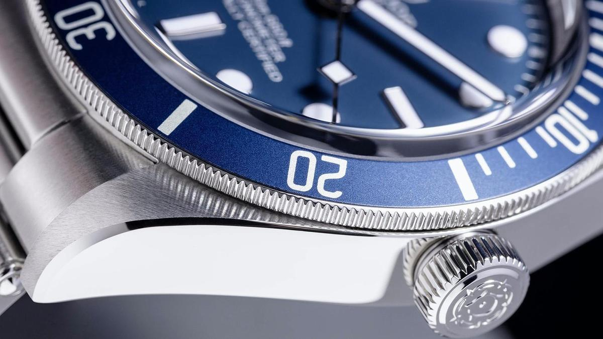 除了圓拱型藍寶石水晶鏡面是亮點之外,Black Bay Fifty-Eight Navy Blue錶側正霧面交錯拋光打磨的作工也很細緻。