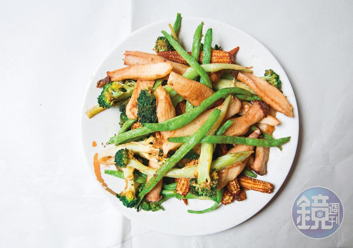 雞老闆鹽酥雞的蔬菜品質極佳,四季豆尤其鮮嫩,吃不到卡牙縫纖維絲。(玉米筍四十元/份、杏鮑菇五十元、花椰菜、四季豆/時價)
