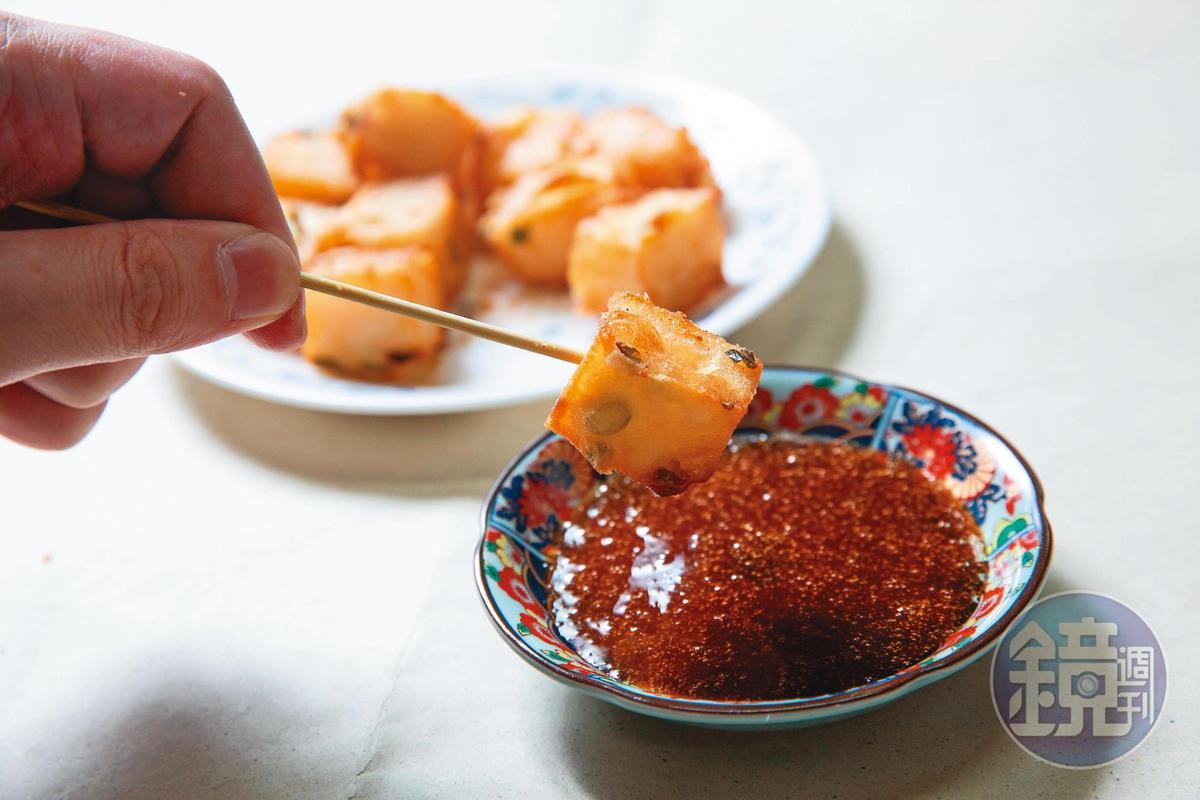 張靜怡嫌酥炸蘿蔔糕太單調,在粉漿內拌入蔥花,連蒜蓉醬都是自己加工熬煮。(20元/份)