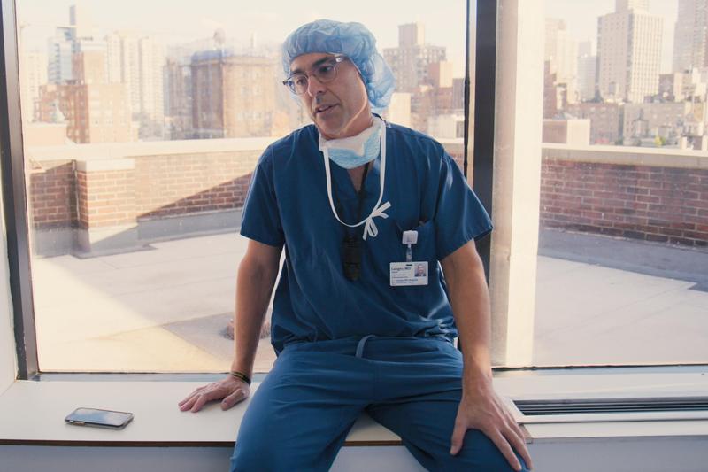 神經外科醫生大衛,其實他挺帥的啊,所以那些醫療劇找帥哥演醫生並沒有誇大。(Netflix提供)