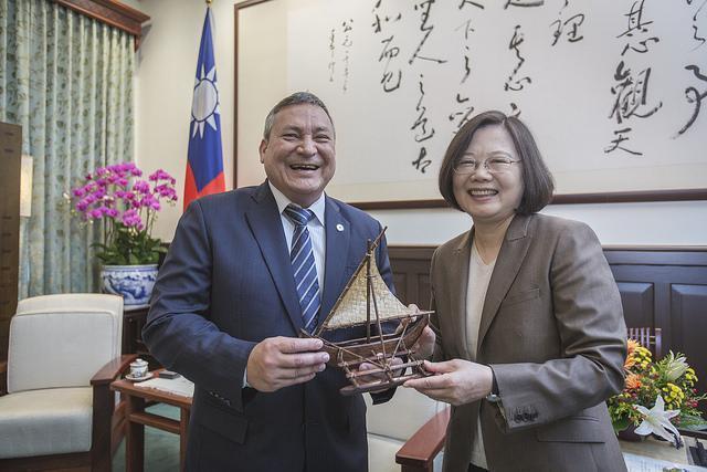 2018年美國關島總督卡佛率團訪台,和總統蔡英文互相贈禮。(總統府提供)