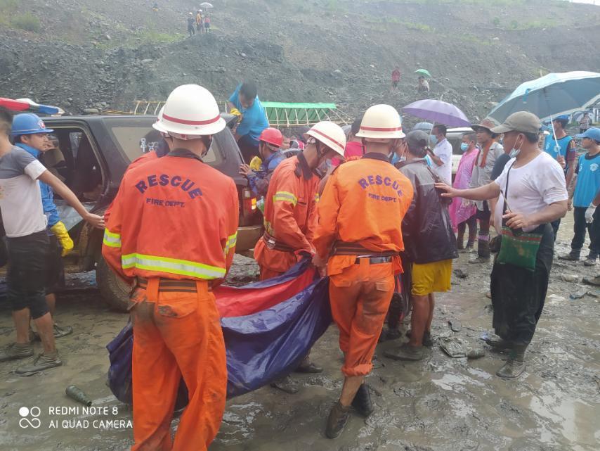 緬甸玉石礦場昨日發生山崩,導致眾多採礦工人身亡。(翻攝自緬甸消防局臉書)