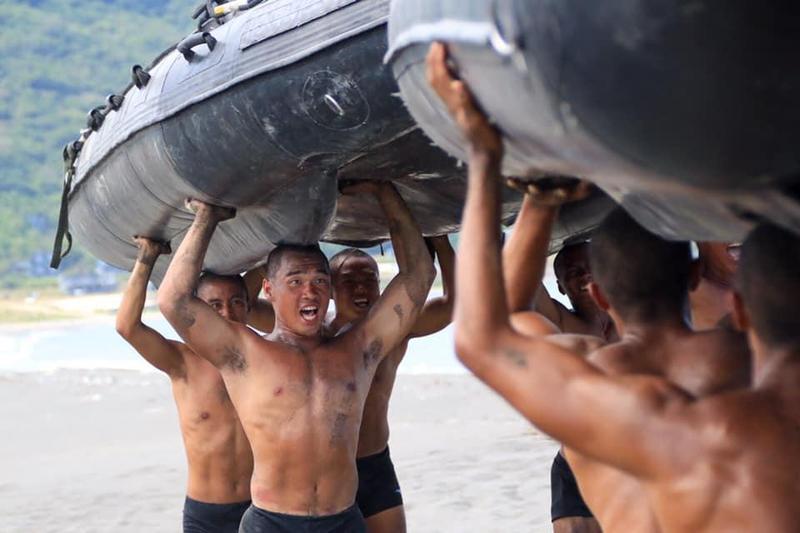 為即將登場的漢光36號演習,海軍陸戰隊今傳出操舟演練時小艇翻覆,造成3人落海搶救中。圖為示意圖,非相關當事人。(軍聞社提供)