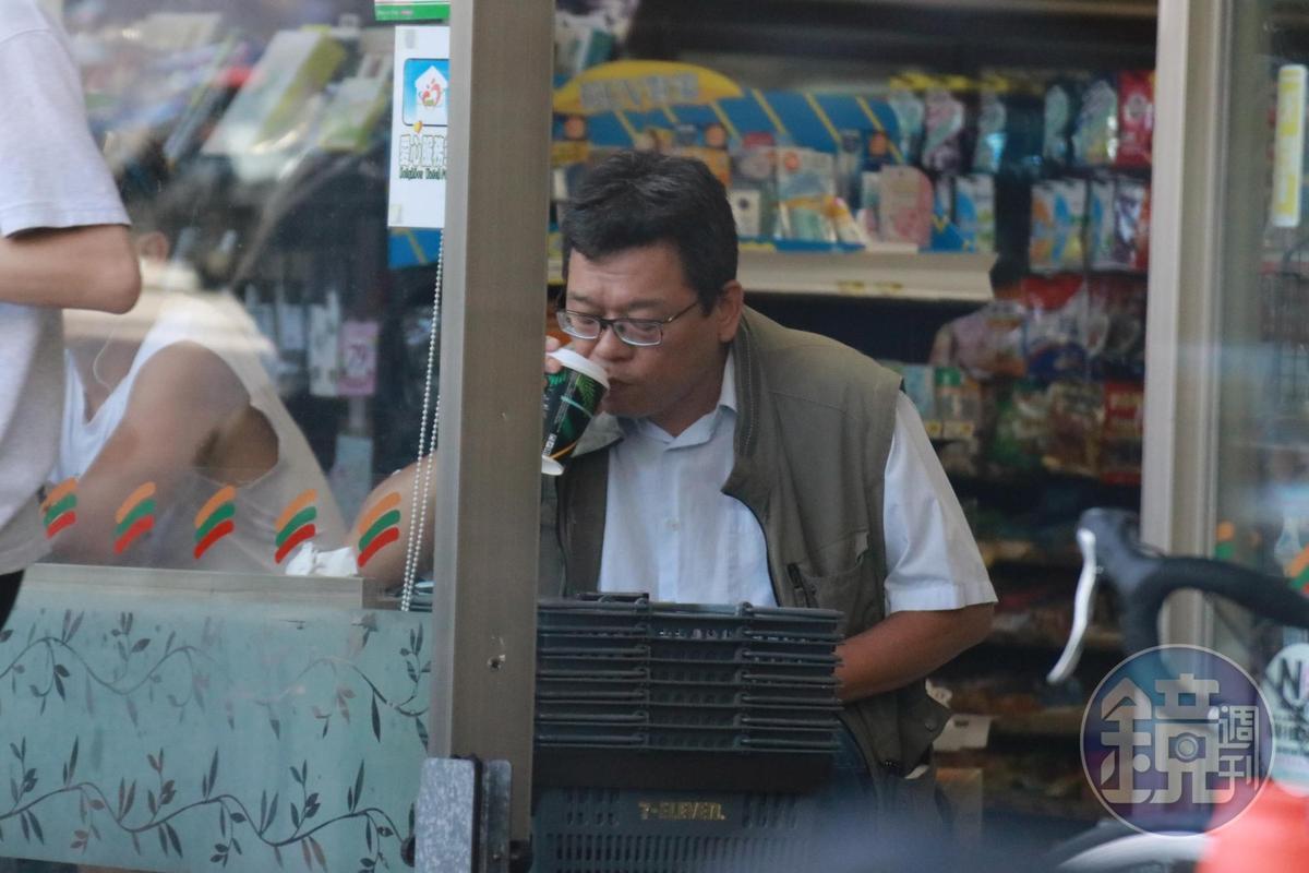 6月23日一早張益贍先到新北投捷運站附近的小7喝咖啡。