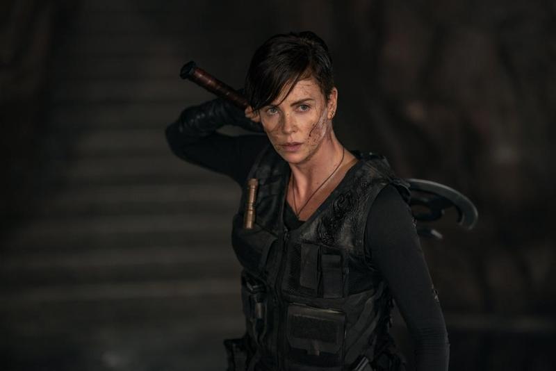 為了重現原著裡頭,主角拿著「雙面圓斧」殺出重圍的經典場面,莎莉賽隆接受高難度武打訓練。(Netflix提供)