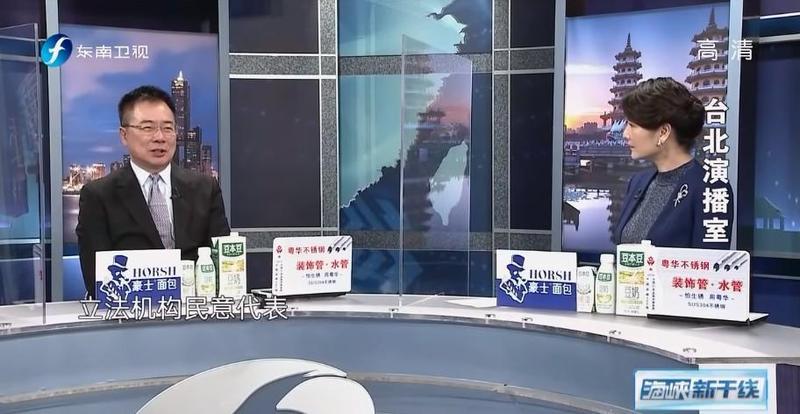 《東南衛視》駐台記者艾珂竹(右)遭撤銷記者證並驅逐出境,她本人相當錯愕。(翻攝東南衛視YouTube頻道)