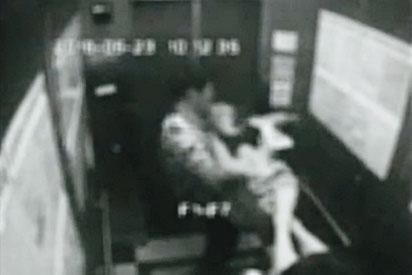 2名少年將被打昏的向母拖進電梯,遭監視器拍下。(翻攝畫面)