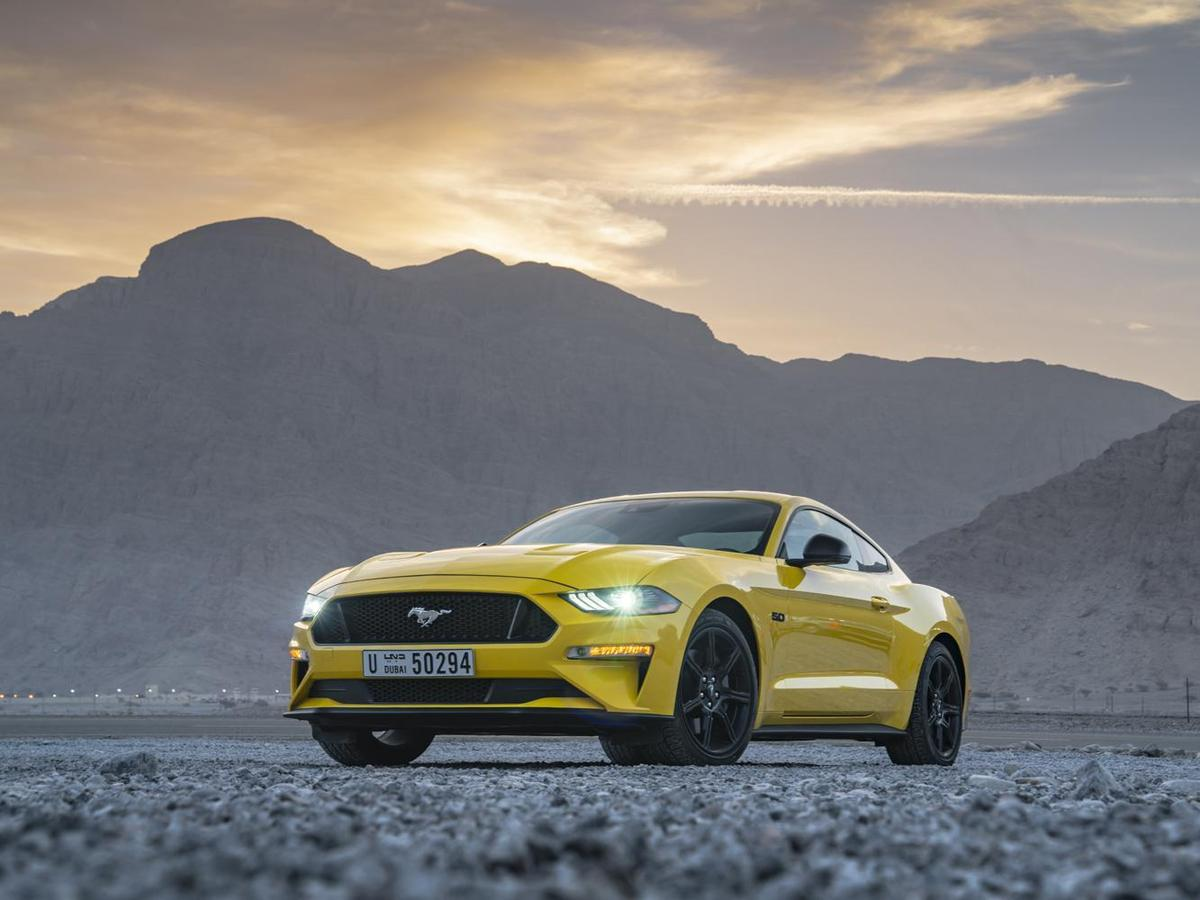 Muscle car一般特徵為雙門中型轎車或全尺寸轎車,後輪驅動,裝備油耗驚人的大馬力引擎。圖為FORD mustang。