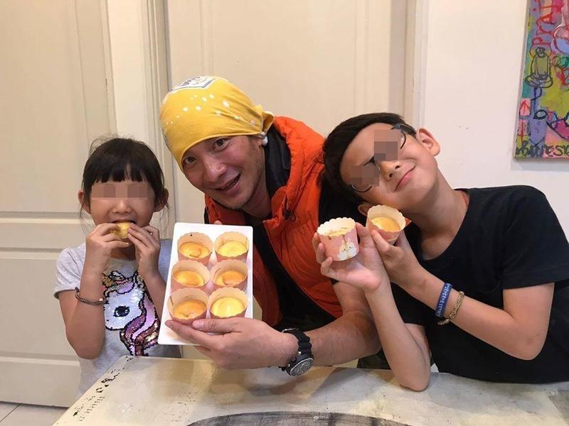高山峰將有過動症的兒子轉往森林小學就讀,每天來回通車就要二個半小時。(翻攝自高山峰臉書)