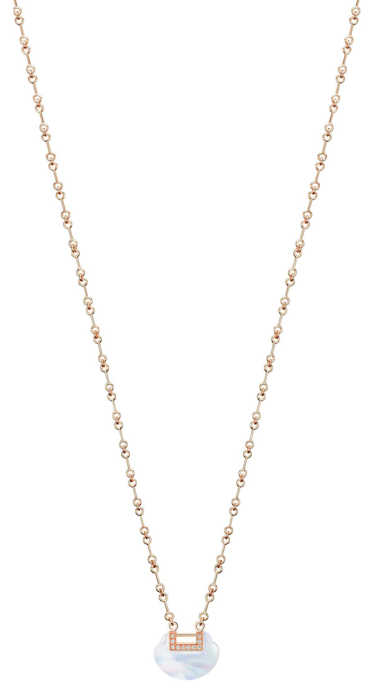 Yu Yi 18K玫瑰金鑲鑽珍珠母貝小型項鍊。NT$118,000(Qeelin提供)