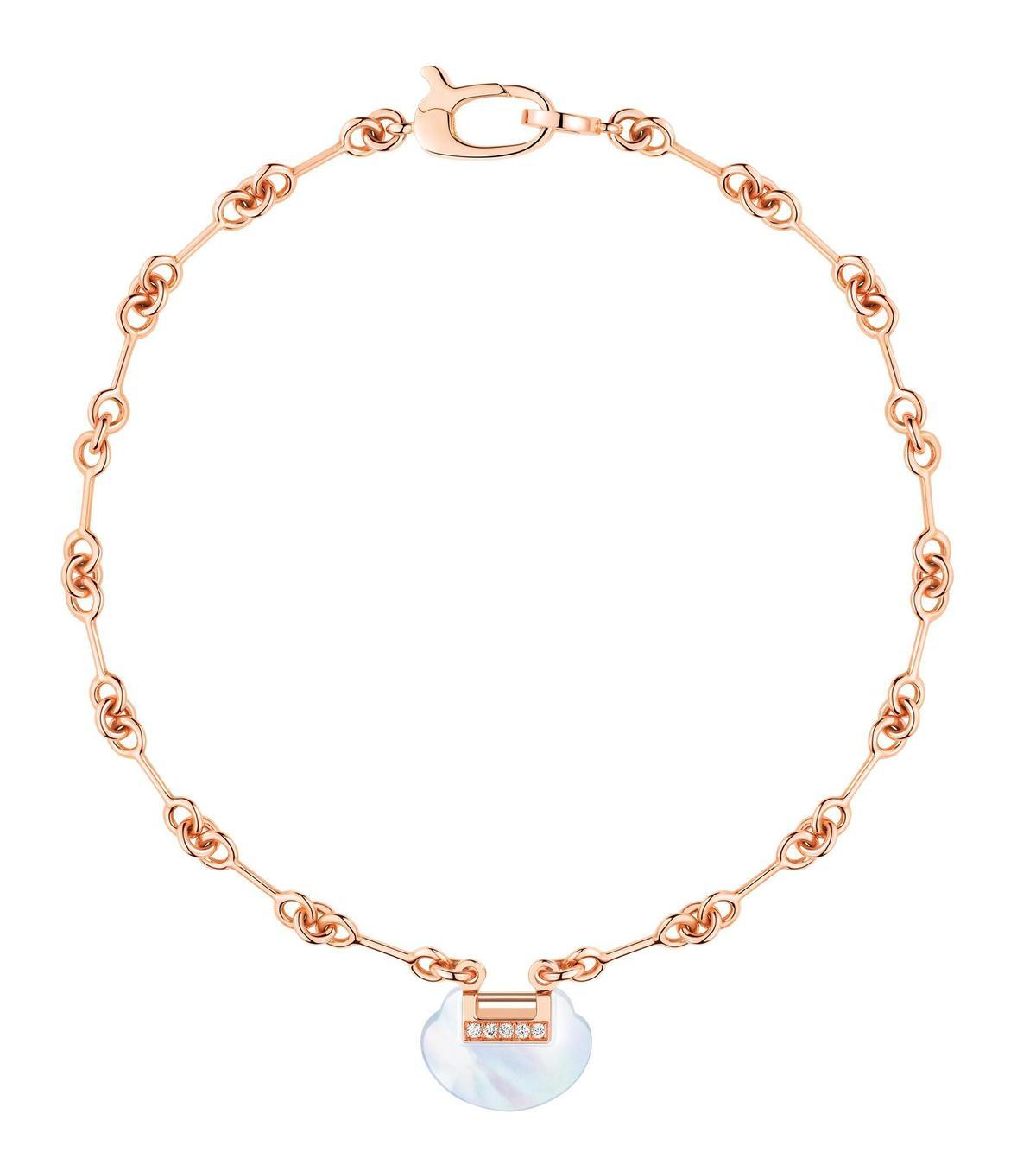 Yu Yi 18K玫瑰金鑲鑽珍珠母貝手鍊。NT$67,000(Qeelin提供)