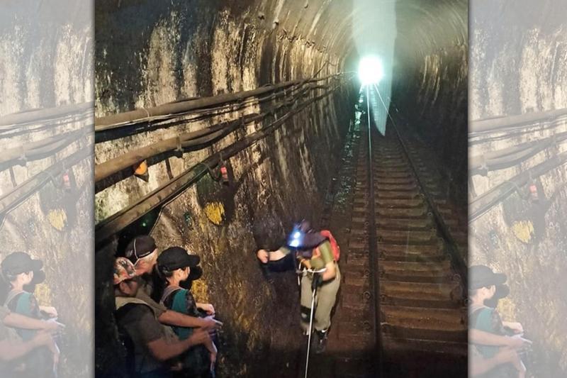 昨(4日)下午竟有4名遊客疑從事戶外探險運動,闖入火車隧道中。(翻攝自臉書)