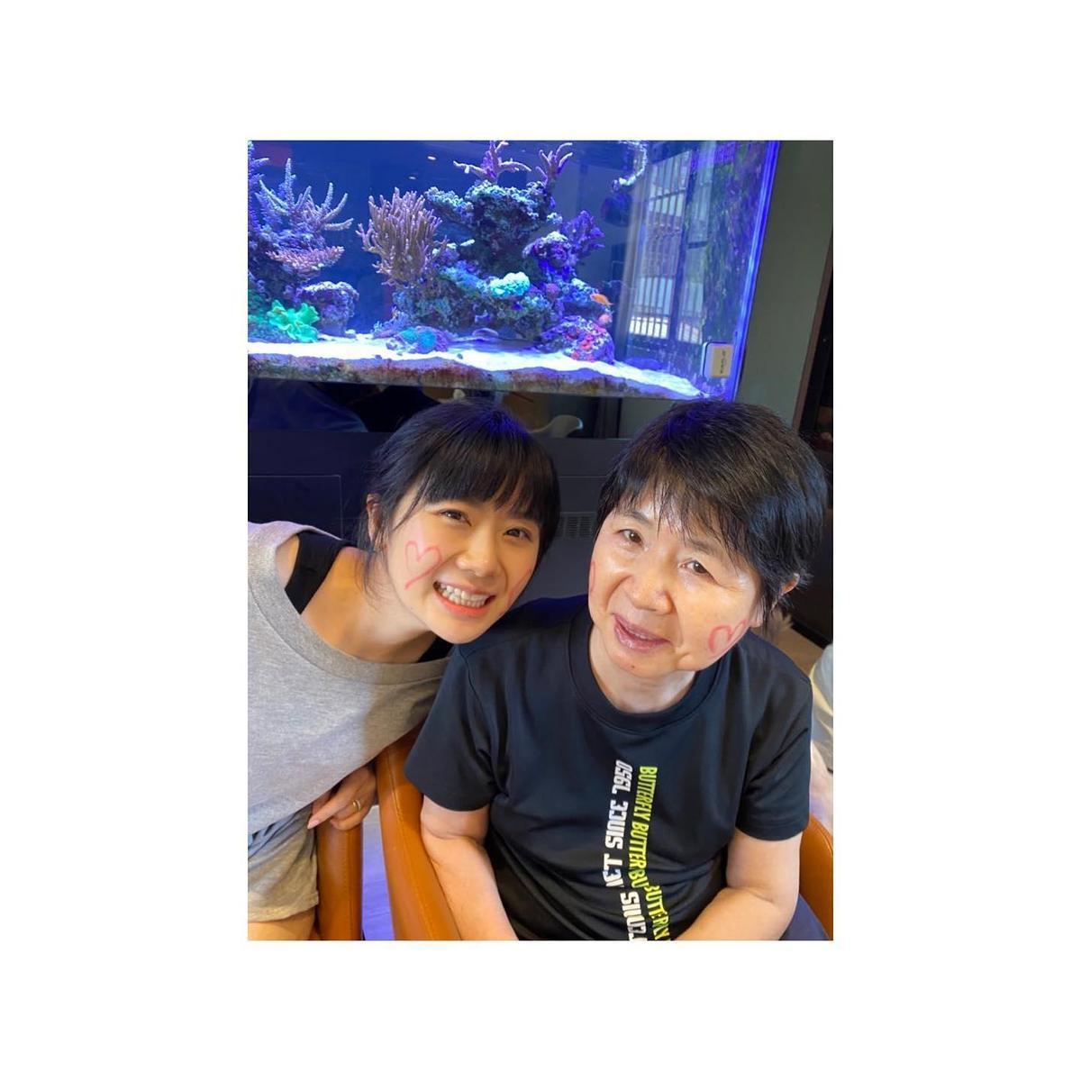 福原愛在臉書上PO出自己現在與和媽媽的合照,與童年的合照作對比。(翻攝福原愛臉書)