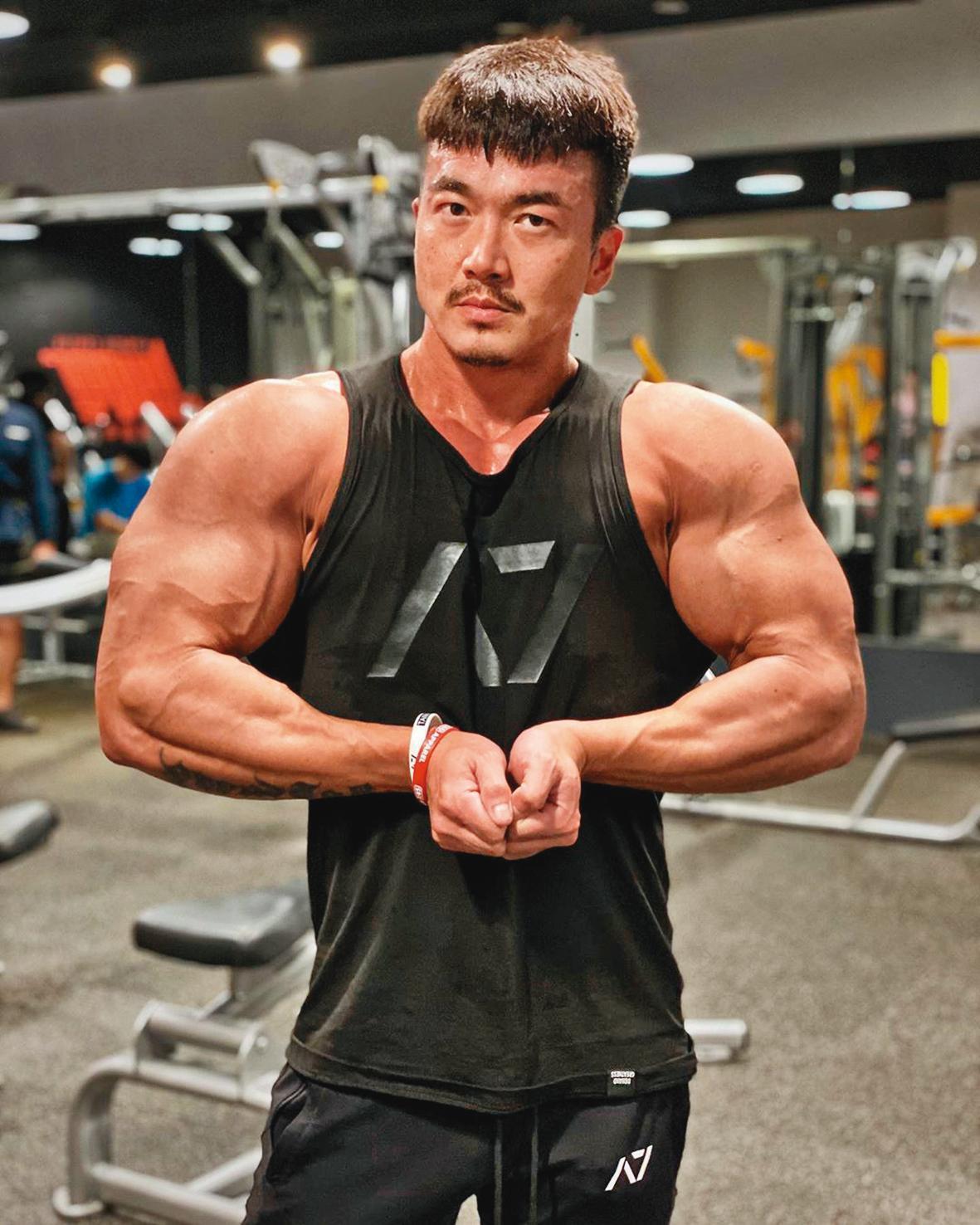 剛出道時,李沛旭曾是伊林最矮又瘦小的「弱雞」,而後他勤健身,成為「筋肉人」。(翻攝自李沛旭IG)