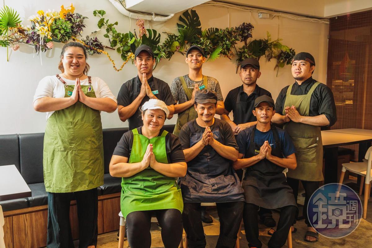 店長蔣昀彤(左一)能與泰國廚藝團隊用泰語溝通,不時激盪出新菜色。
