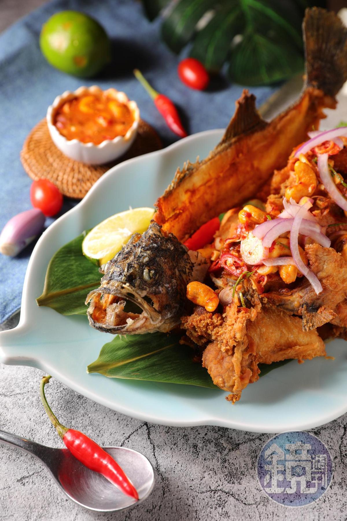 「酥炸羅望高山鱸魚」選用肥度適中、一斤重的加州鱸魚,去刺、炸成適口大小,搭配羅望子醬一起吃,香茅味濃,酸滋滋地很討喜。(585元/大份)