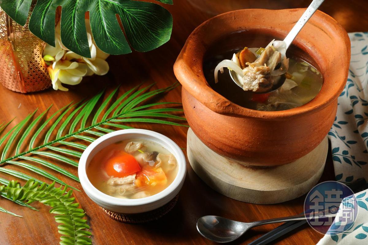 「國王酸辣湯」以雞高湯為底,加入香茅、檸檬葉、南薑、辣椒燉煮牛肋條,滋味酸爽,牛肉軟嫩清甜。(438元/份)