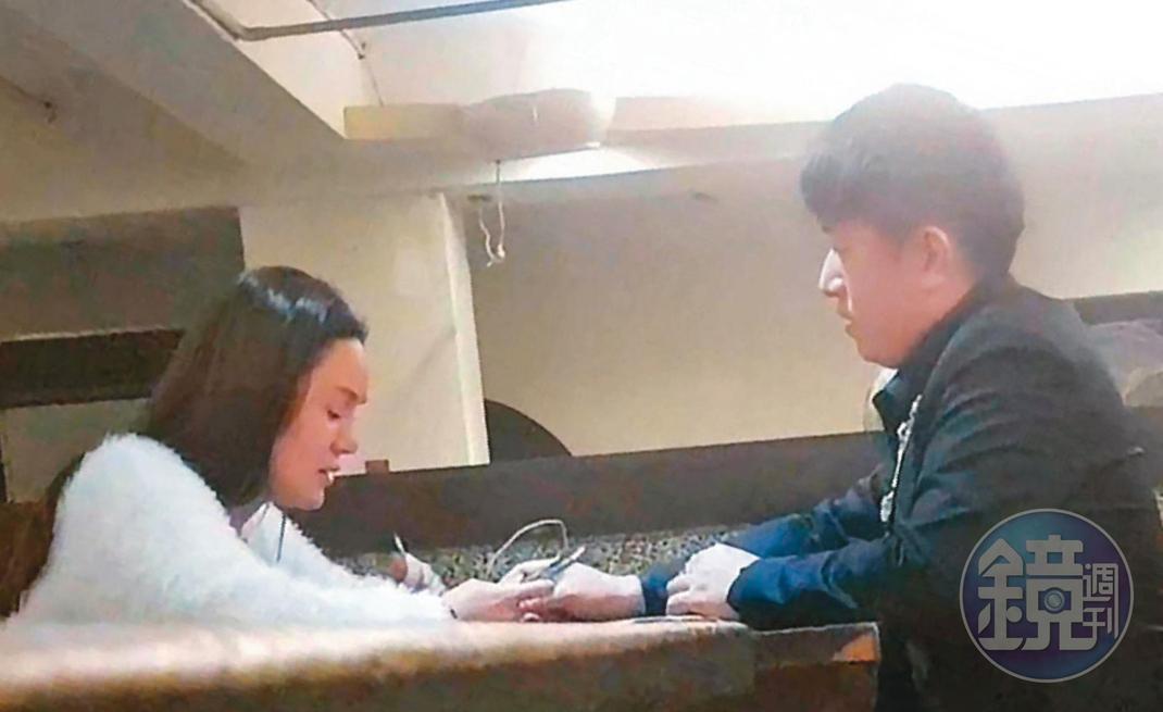 亞欣醫美負責人謝秉峻(右)遭妻子指控,2人還未離婚,他就和歌星林娜(左)舉止曖昧,在公共場合牽手。(讀者提供)