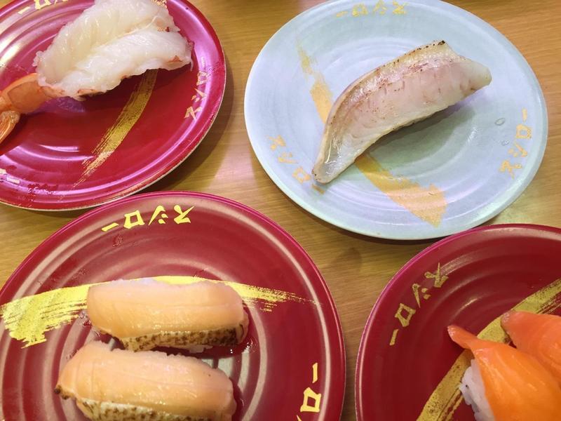 網友爆料在壽司郎看見巨鼠把壽司輸送帶當賽道狂奔,店家消極的處理方式更是讓店內消費者傻眼。 (讀者提供)