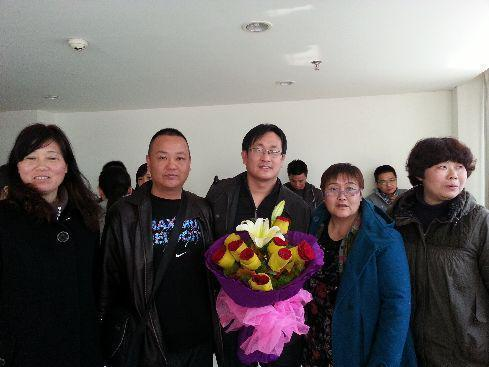 2013年4月,王全璋(中)替法輪功學員做無罪辯護後,遭到靖江法院非法拘留。獲釋後,支持者向他獻花。(翻攝自網路)