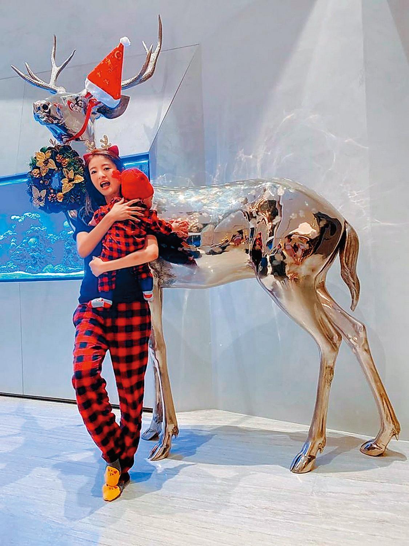 2019年耶誕節時,安以軒在社交網站po出與兒子合照,而背景的銅鑄麋鹿,是國際雕塑家蔡志松作品,據悉要價超過2,000萬元。(翻攝自安以軒臉書)
