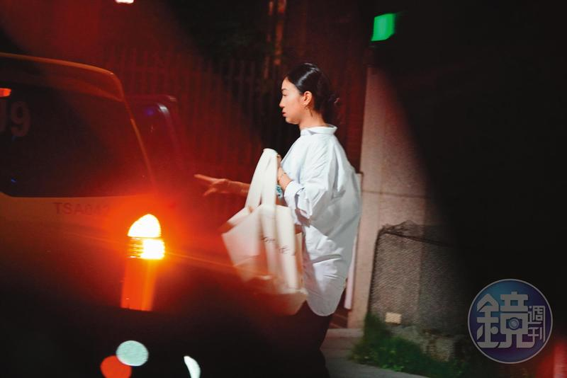 6/30 22:23 楊祐寧在上海拍戲,已懷孕的未婚妻Melinda工作到深夜10點半才獨自返家。