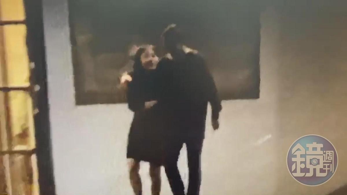 謝妻被拍到與一名男子從建築物走出後,該男子竟一度狀似緊摟謝妻的肩膀,關係似乎相當親密。(讀者提供)