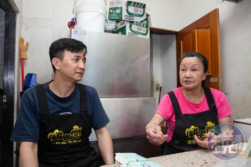 張靜怡(右)做工拉拔子女長大,張祐瑋(左)繞了一大圈,發現只有家人不離不棄,下定決心跟母親學手藝。