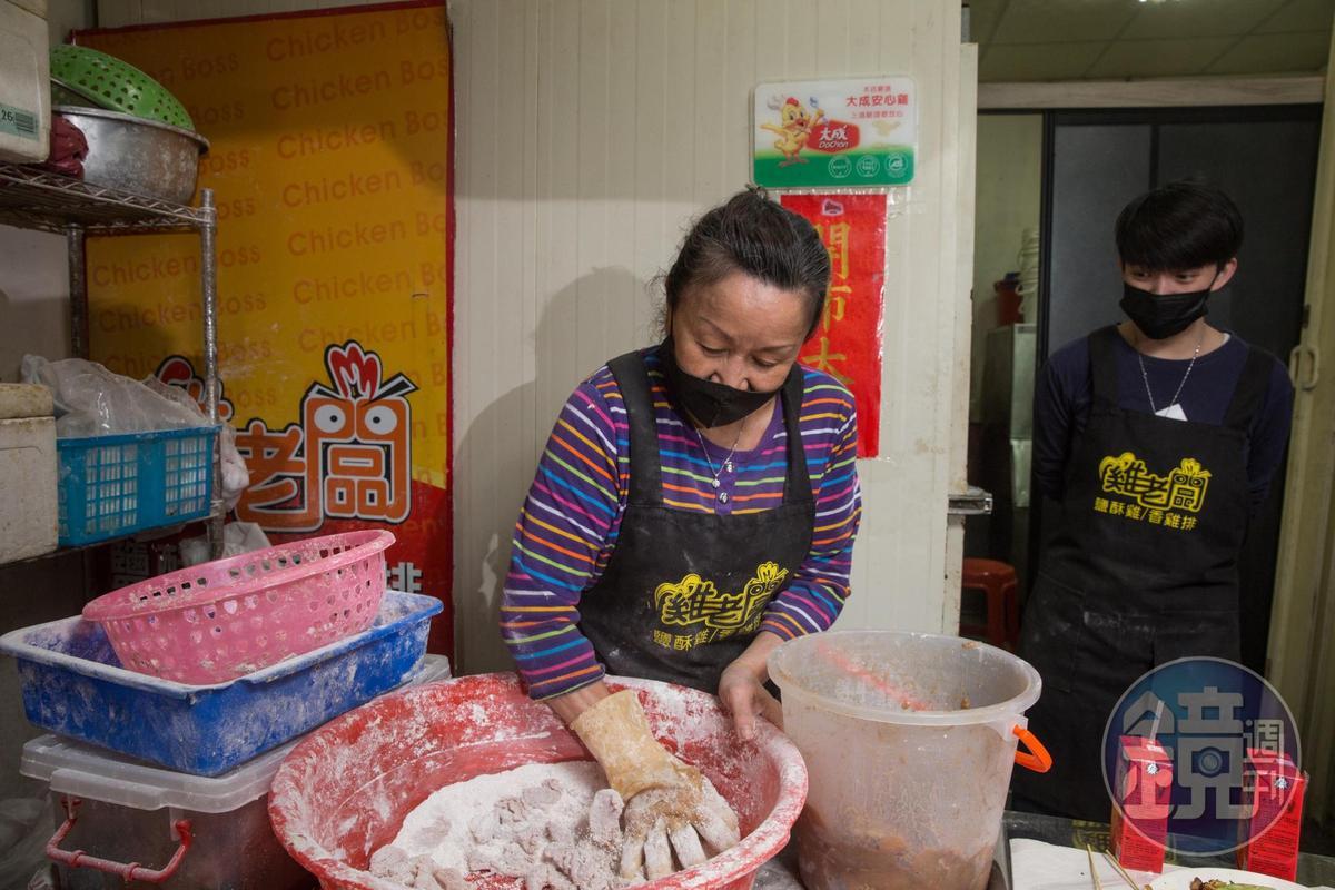 張靜怡(左)靠擺攤賣鹽酥雞,拉拔孫女張子宸(右)長大。