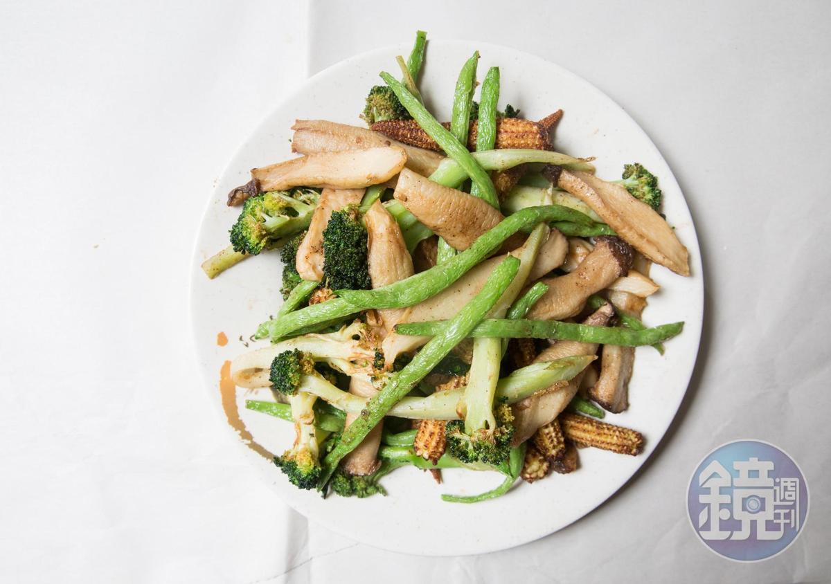 雞老闆鹽酥雞的蔬菜品質極佳,四季豆尤其鮮嫩,吃不到卡牙縫纖維絲。(玉米筍40元/份、杏鮑菇50元、花椰菜、四季豆/時價)