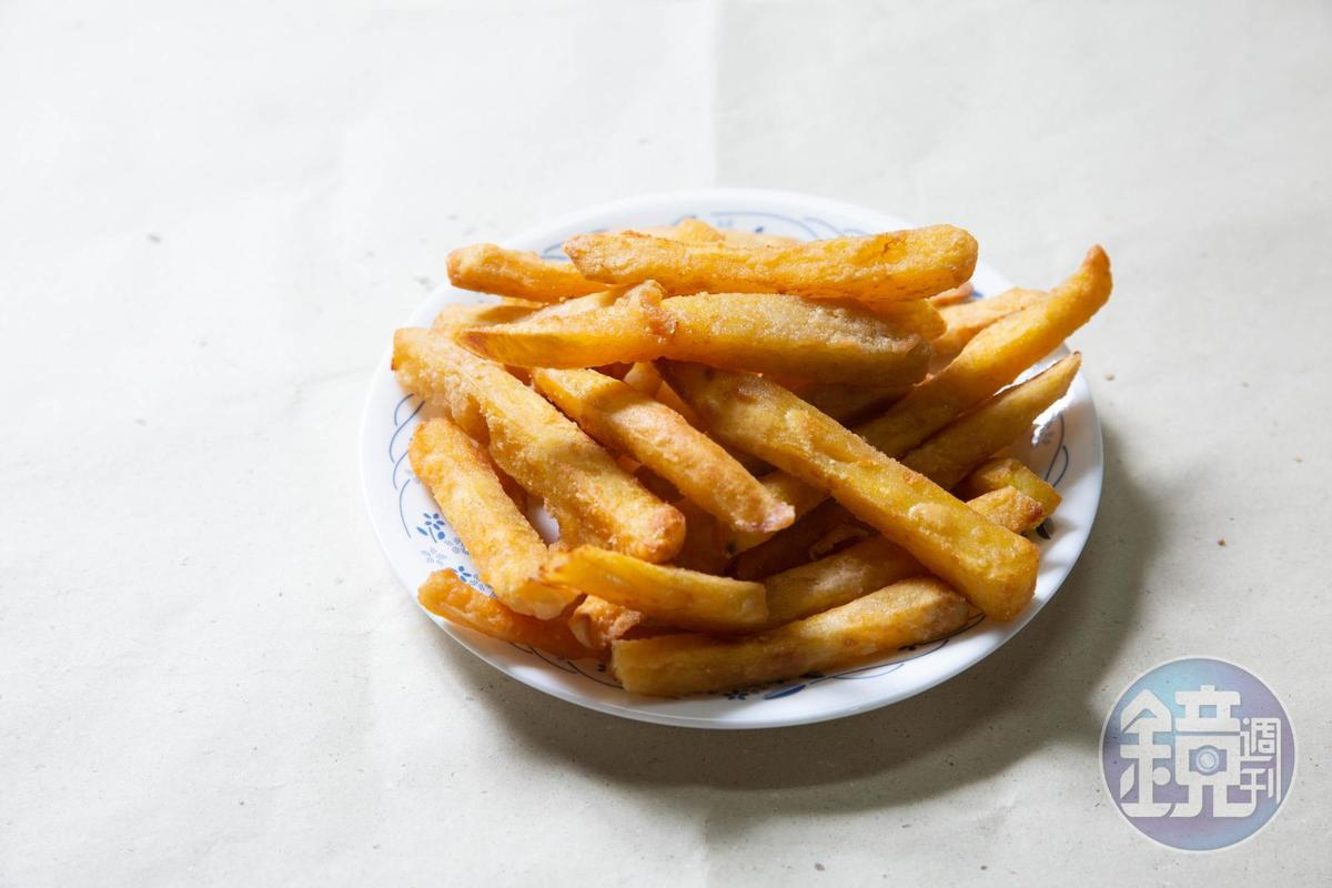 地瓜薯條是整顆地瓜削皮切塊,香甜鬆軟。(50元/大份)