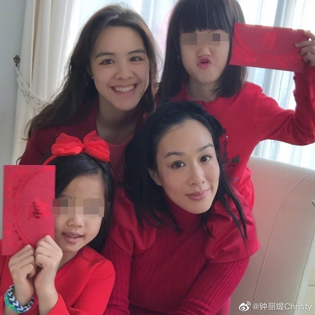 49歲的港星鍾麗緹雖然已與前兩任丈夫生有3個女兒,但還是心急渴望為張倫碩家傳宗接代。(鍾麗緹微博)