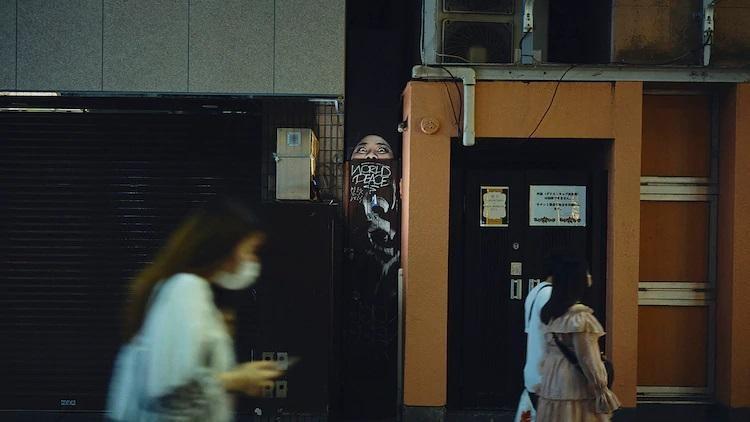 渡邊直美演出的《約定的夢幻島》真人版電影廣告,出現在日本街頭。(翻攝natalie)
