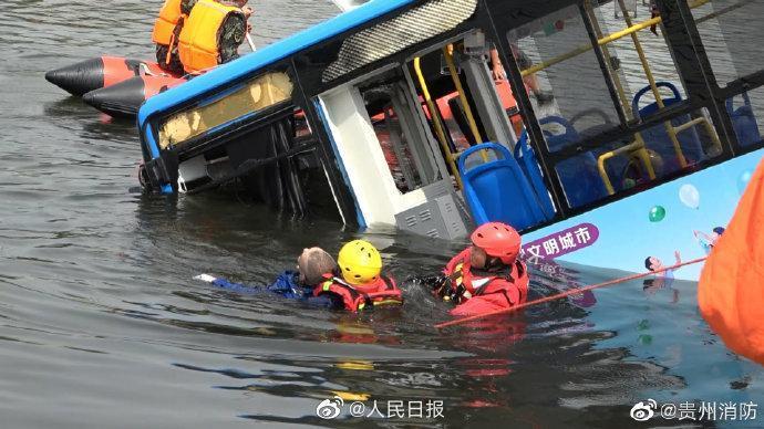 貴州一輛公車突然急衝墜湖,造成車上21人不幸喪命。(翻攝自人民日報微博)