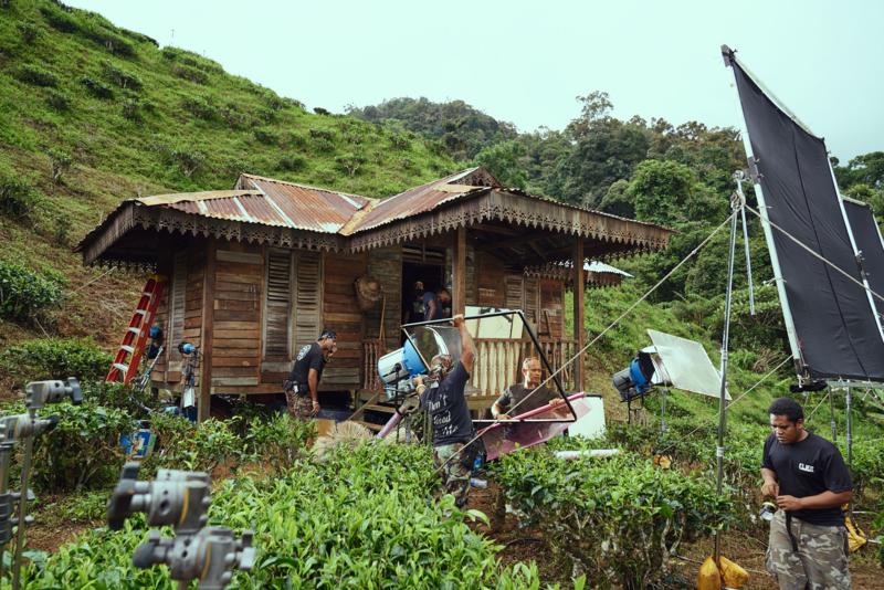 《夕霧花園》的馬來西亞製作公司嚴守美國工時規定,讓工作人員的健康與生活有保障。(甲上提供)